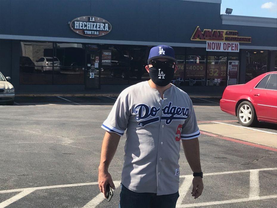 El aficionado de los Dodgers, Richard Soto, viajó de Los Ángeles a Arlington para ver a su equipo en la Serie Mundial que se juega en el Globe Life Park.