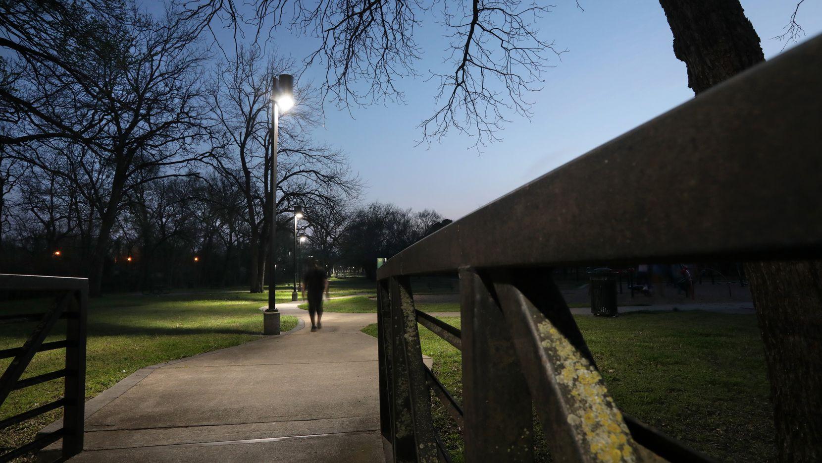 Nuevas lámparas proporcionan iluminación en Oportunity Park en Dallas, el 27 de marzo de 2021. (Jason Janik/Special Contributor)