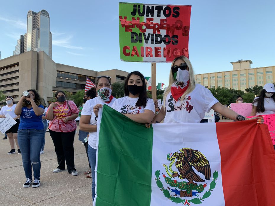 Susana Rodríguez (izq.) acudió a la vigilia por Vanessa Guillén con Fátima Meraz y su hija, Susana Cornejo. Se dijeron en contra de las injusticias contra los hispanos.