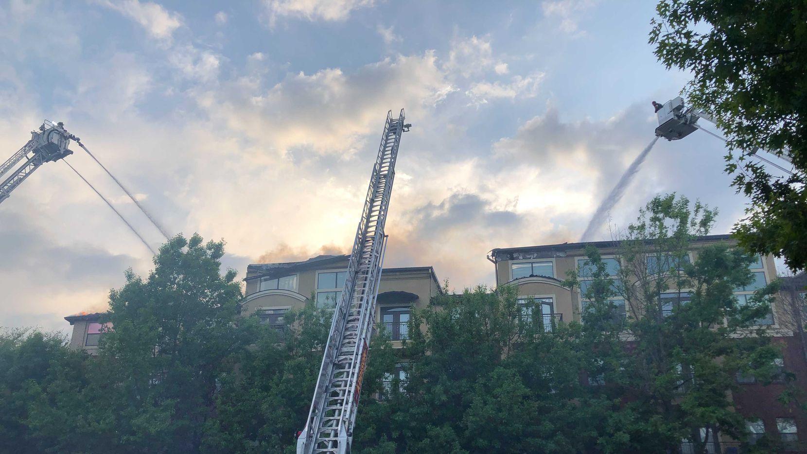 Bomberos trabajando la tarde-noche del lunes 12 de abril para extinguir el fuego en los Cortland Addison Circle apartments.