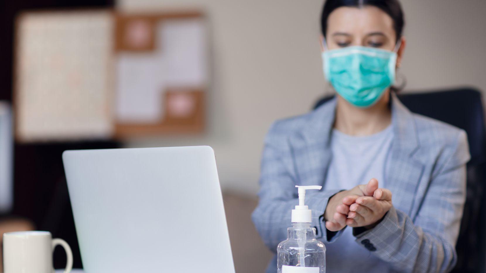 El regresar al espacio de trabajo en una oficina acarrea riesgo de contraer covid-19. ¿Se puede enjuiciar al empleador si lo obliga a ir?
