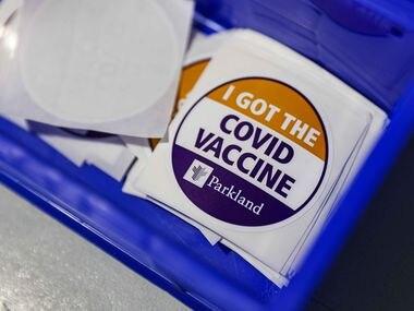 Un sticker para las personas que han recibido la vacuna de covid-19. Un centro de análisis de datos de salud retrasó la fecha para conseguir la inmunidad de rebaño debido al desinterés en la vacuna.