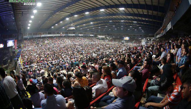 Más de 10,000 personas se reunieron en el Rodeo de Mesquite el domingo. Foto Omar Vega para Al Día