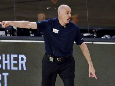 El entrenador de los Dallas Mavericks, Rick Carlisle, da indicaciones en el partido contralosTrail Blazers de Portland, el 11 de agosto de 2020 en Orlando, Florida.