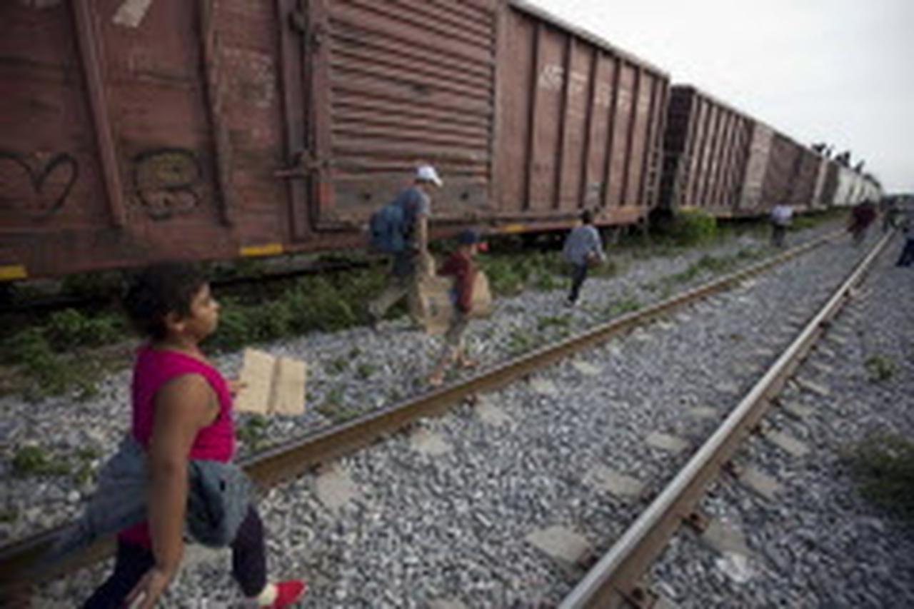 En esta foto de archivo, unos migrantes caminan por las vías tras bajarse de un tren en su camino hacía la frontera entre México y Estados Unidos. Muchos de los migrantes son de Centroamérica. (AP/EDUARDO VERDUGO)