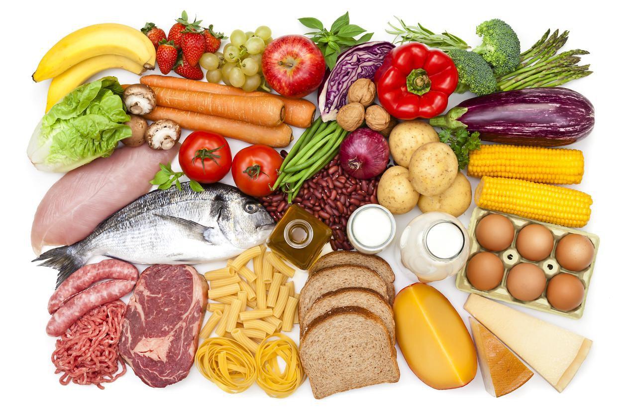 Alimentos de una dieta balanceada con productos proteínicos, carbohidrayos y fibras naturales.(GETTY IMAGES)