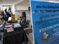 Kelsey Vanderbilt (izq.), abogada de CitySquare, una organización que ayuda a personas que enfrentan procesos de desalojo. Vanderbilt asesora a LaTasha White en una Corte de Paz en el sur de Dallas. A finales de julio finalizan las protecciones federales contra desalojos.