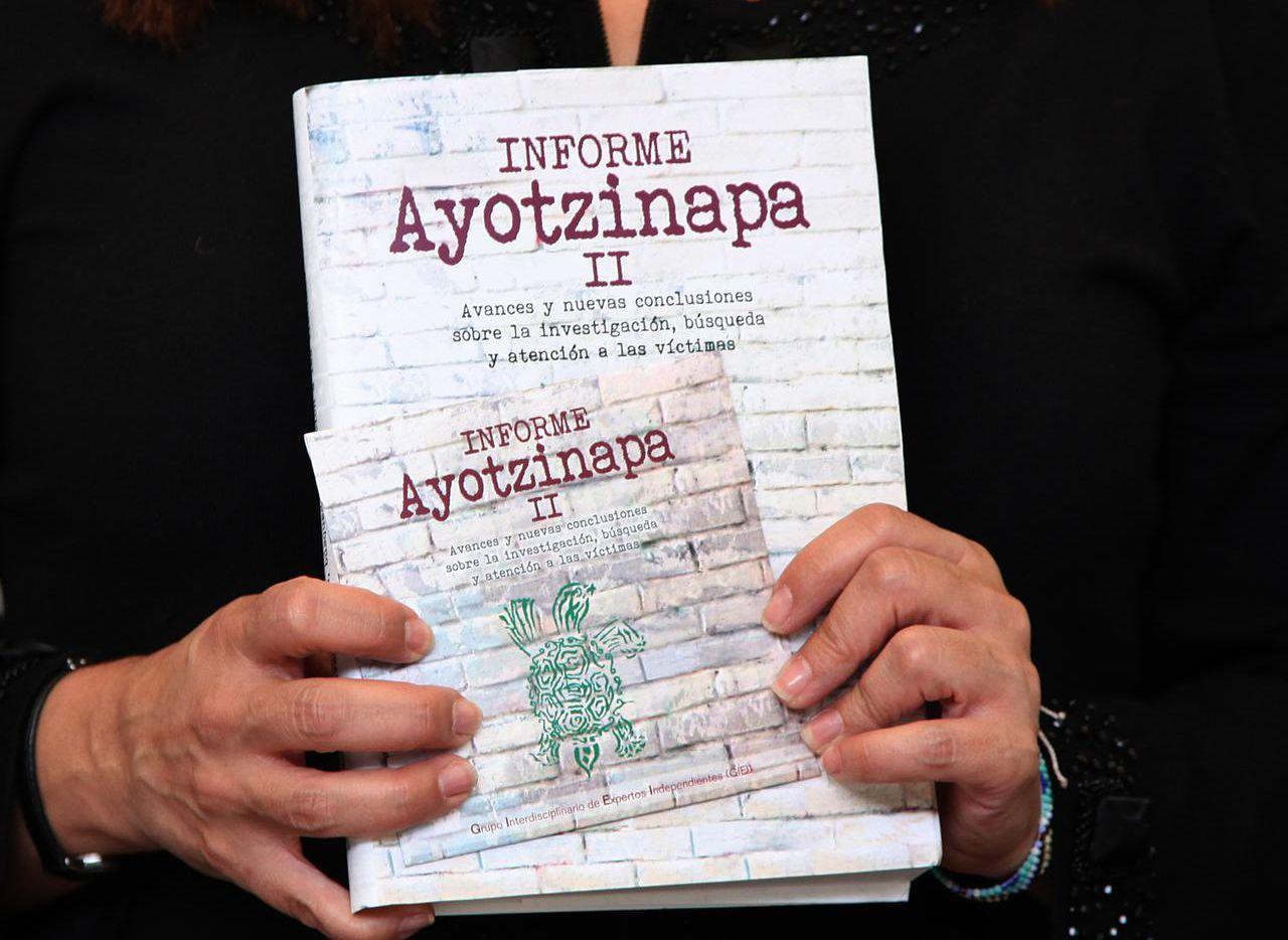 El informe del grupo de expertos sobre el caso Ayotzinapa, donde se denuncia los obstáculos a la investigación. Mientras, los sospechosos confirmaron, a través de documentos, que fueron torturados con el fin de resolver el caso rapidamente. (AP/MARCO UGARTE)