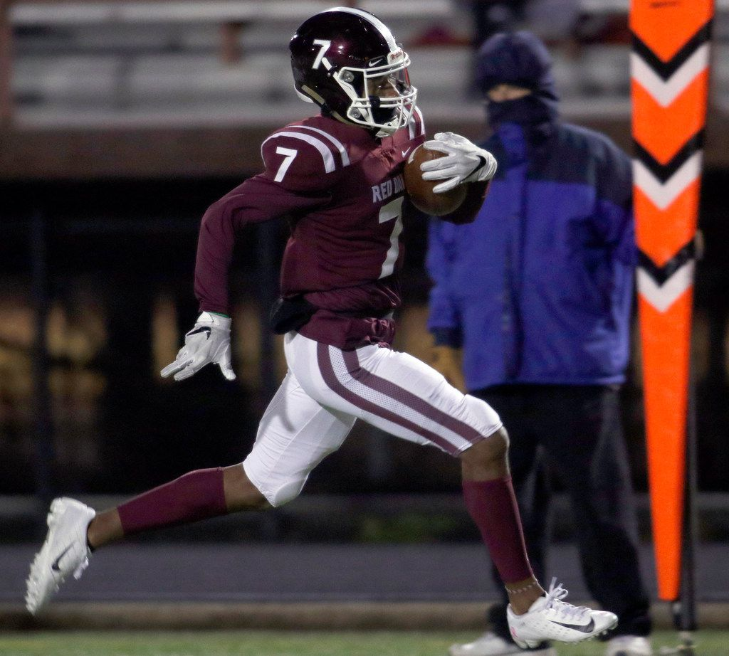 Red Oak wide receiver Raymond Gay scores a rushing touchdown against Seagoville on November 7, 2019. (Steve Hamm/ Special Contributor)