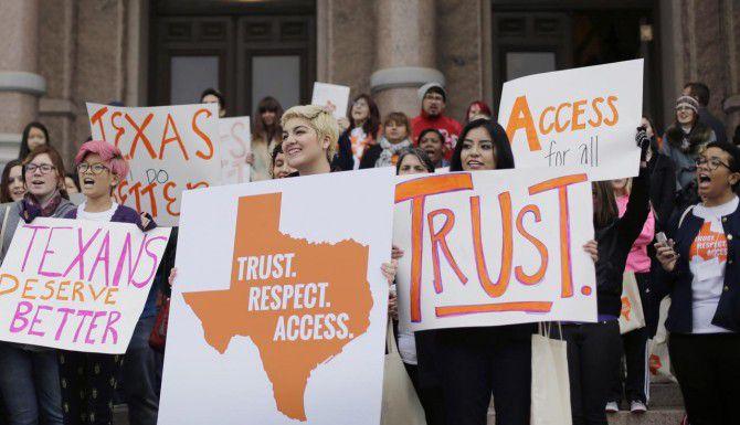 Estudiantes y activistas durante una protesta en Austin contra las estrictas reglas que implementó Texas contra las clínicas que practican abortos. (AP/ERIC GAY)