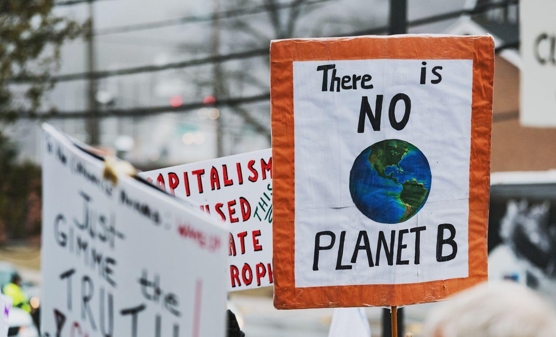 Protestas ante acciones del gobierno que aceleran el cambio climático.