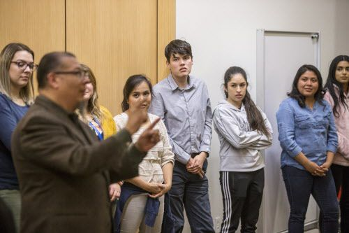 Ricardo Hernández, uno de los maestros del curso de preparación para la ciudadanía para hispanoparlantes en UNT Dallas, reflexiona durante la ceremonia de graduación.CARLY GERACI/DMN