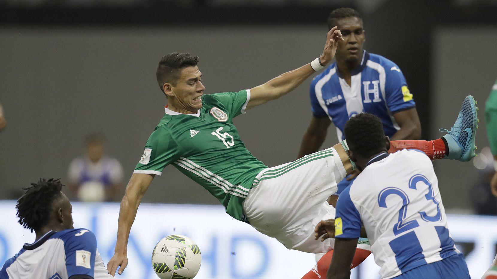 Héctor Moreno de México lucha por la pelota en el partido ante Honduras. AP