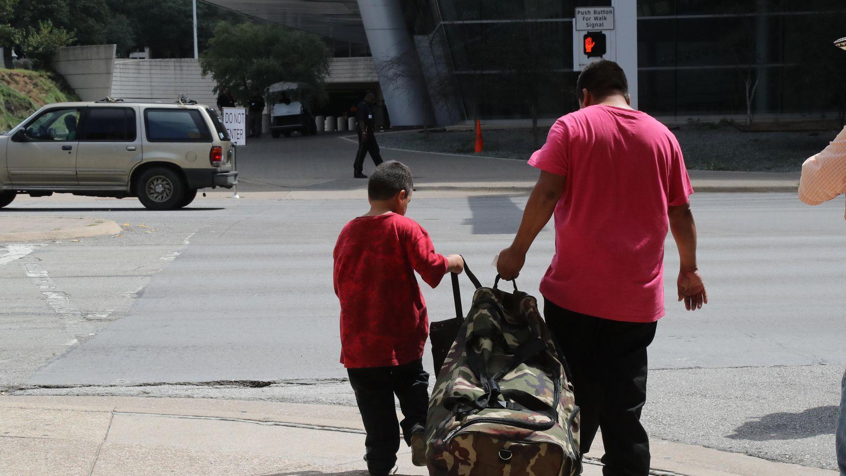 El consulado de México en Dallas busca instalar una casilla para ayudar a sus connacionales afectados por el huaracán Harvey.  ——-  El interior del megarefugio instaladao en el Centro de Convenciones de Dallas. (NYT  ——-  DMN/JIM WILSON  ——-  DIANNE SOLÍS)