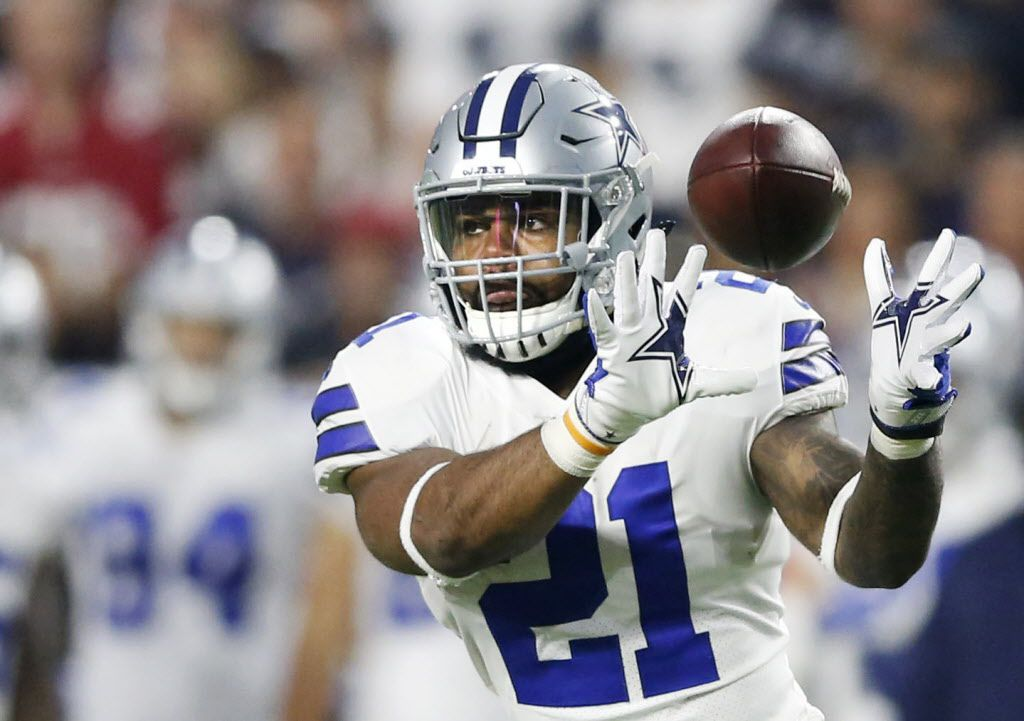 Dallas Cowboys running back Ezekiel Elliott (21) prepares to catch a pass in a game against the Arizona Cardinals during the first half of play at University of Phoenix Stadium in Glendale, Arizona on Monday, September 25, 2017. (Vernon Bryant/The Dallas Morning News)