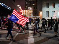 Manifestantes recorren Ervay Street en el centro de Dallas el miércoles 23 de septiembre en protesta por la decisión de un gran jurado en Louisville, Kentucky de no presentar cargos contra los oficiales que dieron muerte a Breonna Taylor.
