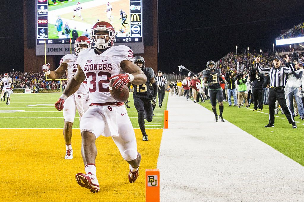 Oklahoma Sooners running back Samaje Perine (32) scores on a 55-yard touchdown run during the second half of an NCAA football game against Baylor at McLane Stadium on Saturday, Nov. 14, 2015, in Waco, Texas. (Smiley N. Pool/The Dallas Morning News)