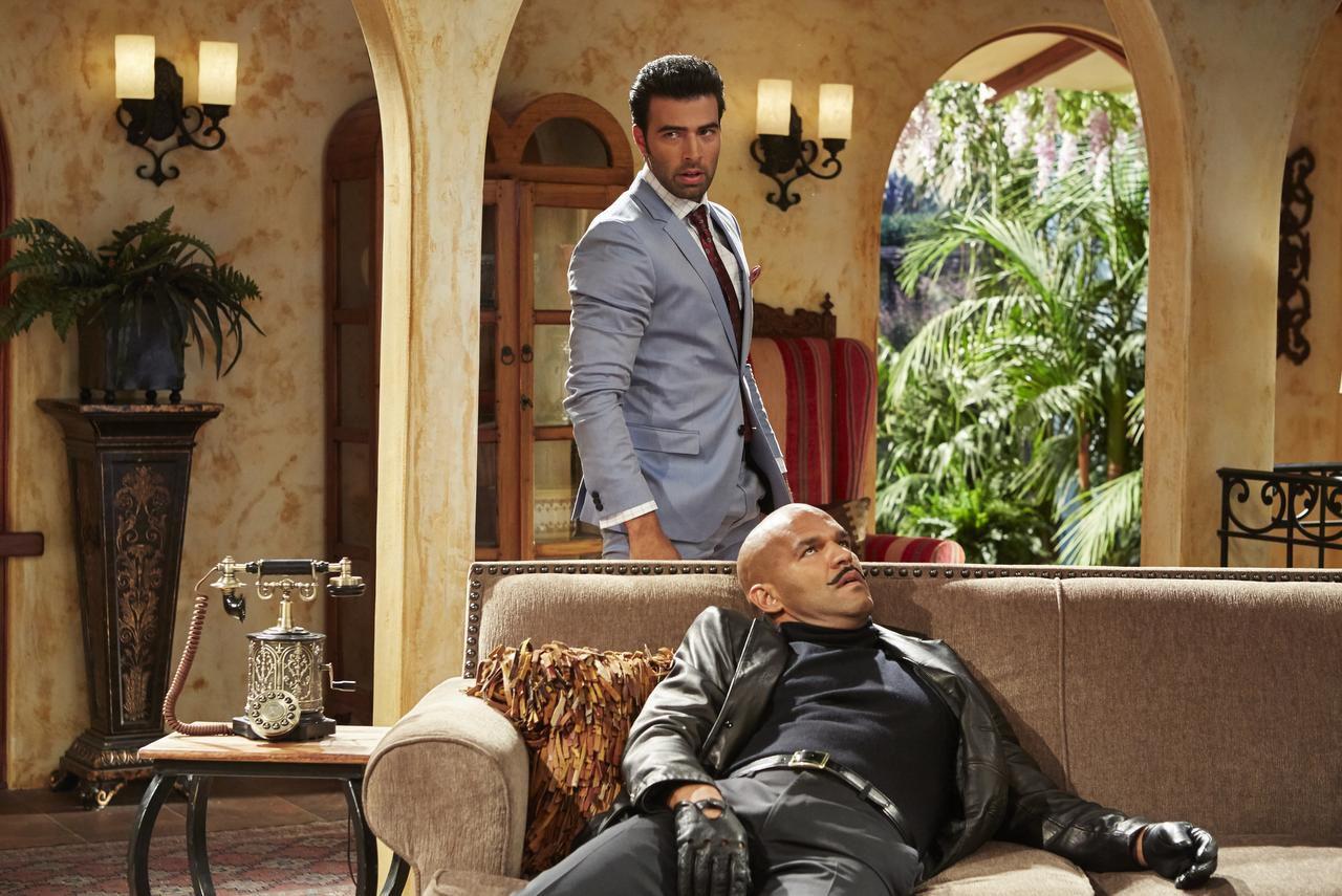 """Jencarlos Canela (atrás) es Xavier Castillo y Amaury Nolasco es Rodrigo Suárez en la serie cómica """"Telenovela"""" (BEN COHEN/NBC/NBC)"""