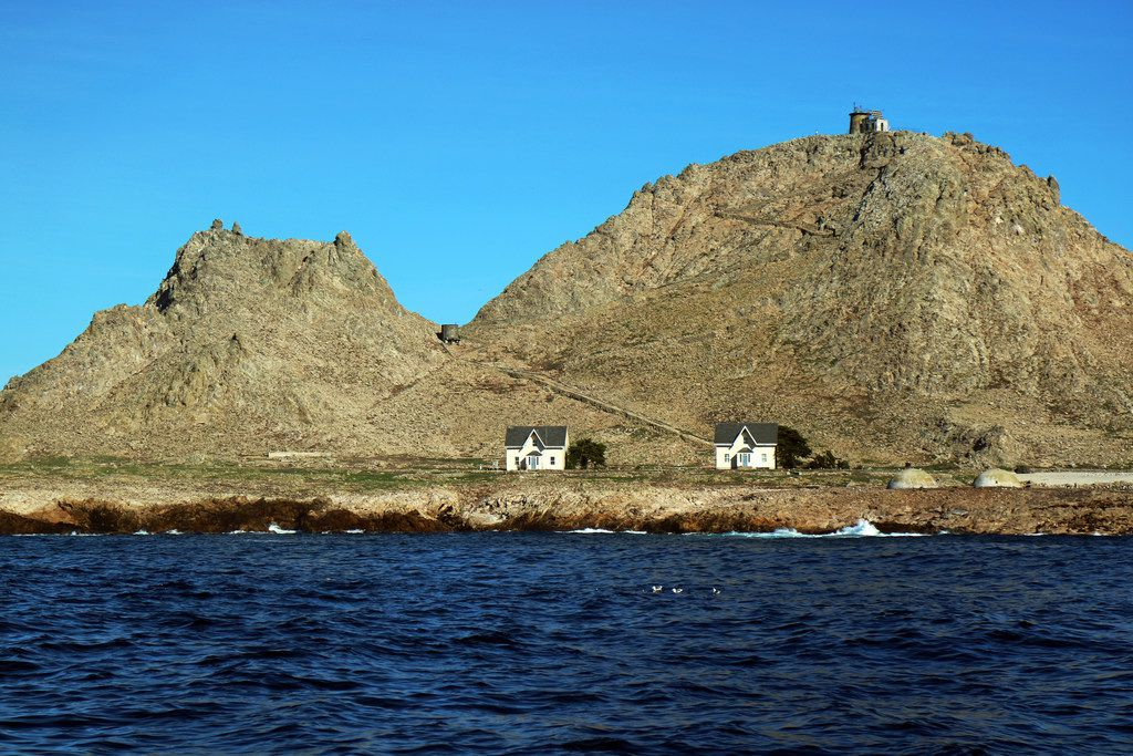 The only human-inhabited island in the archipelago is Southeast Farallon Island, where two windblown dwellings house researchers. A lighthouse sits atop the island's summit.