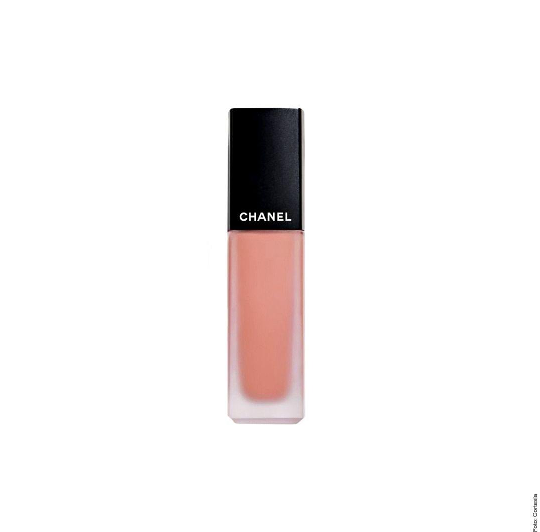 Rouge Allure Ink, intensa y luminosa, es perfecta para mantener el brillo con colores finos y densos. Apenas notarás que llevas 'lipstick' gracias a su textura de 8 horas de duración. De Chanel.
