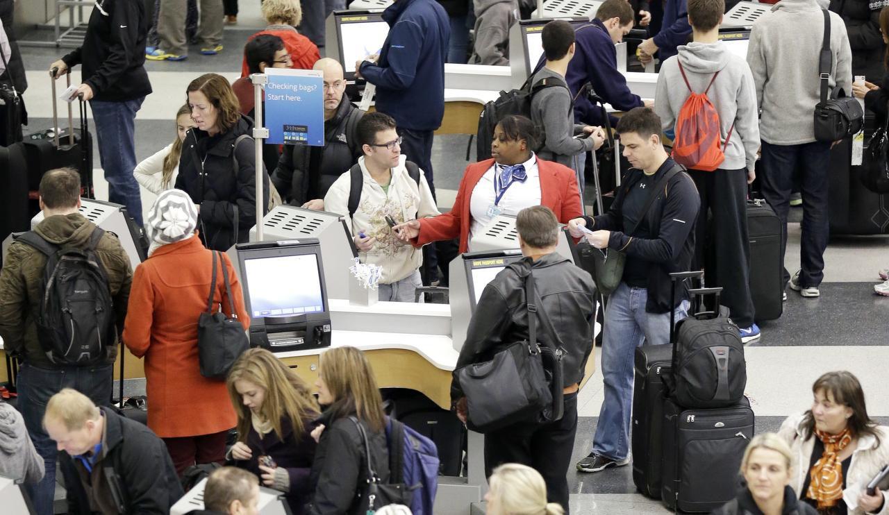 Autoridades y aerolíneas esperan largas esperas en los puntos de revisión de aeropuertos durante el verano. (AP/Nam Y. Huh)