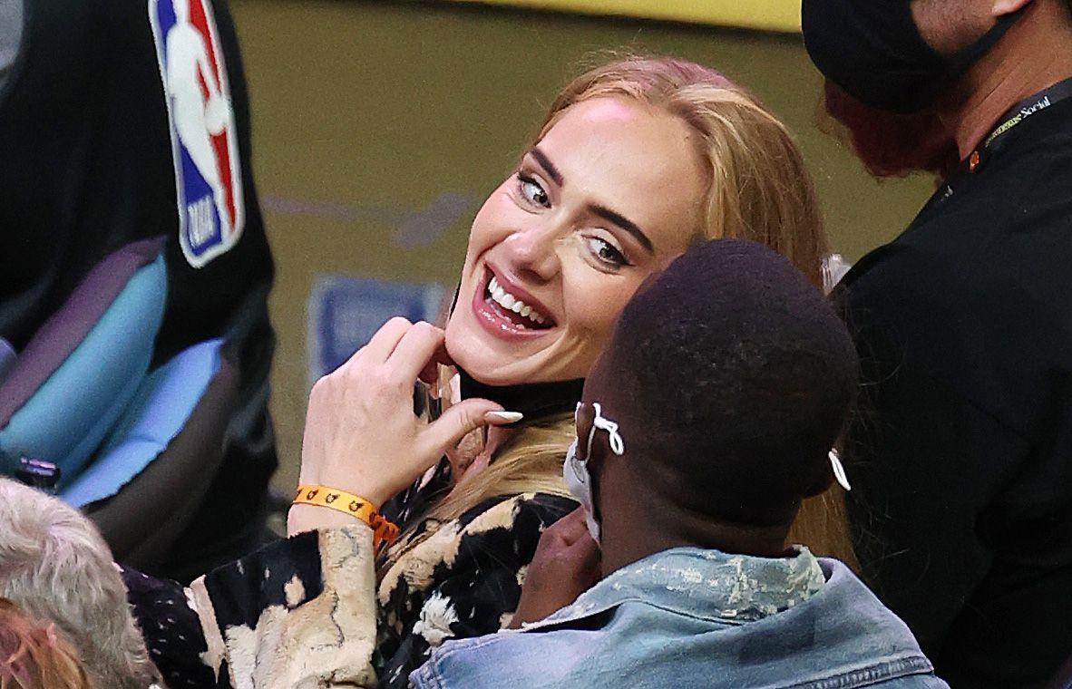 Adele junto a Rich Paul en el Juego 5 de las Finales de la NBA entre los Milwaukee Bucks y los Phoenix Suns en el Footprint Center, el 17 de julio de 2021 en Phoenix, Arizona.
