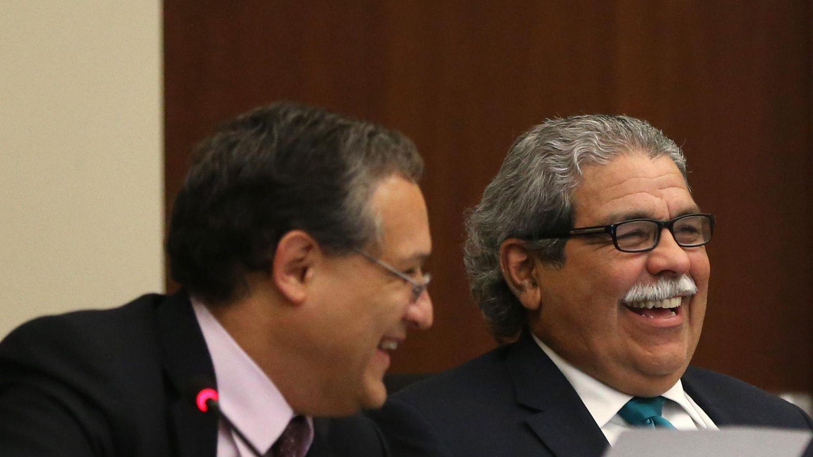 El presidente de la junta, Edwin Flores (izq.) y el superintendente Michael Hinojosa, durante la reunión de la junta escolar el jueves. (DMN/ROSE BACA)