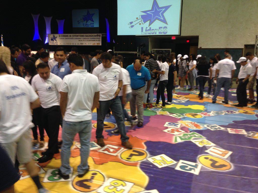 Más de 200 salvadoreños, la mayoría alrededor de los 24 años, participaron en una de las actividades de la Segunda Cumbre Juvenil, llevada a cabo en Cedar Hill en el 2015. (KARINA RAMÍREZ/AL DÍA)