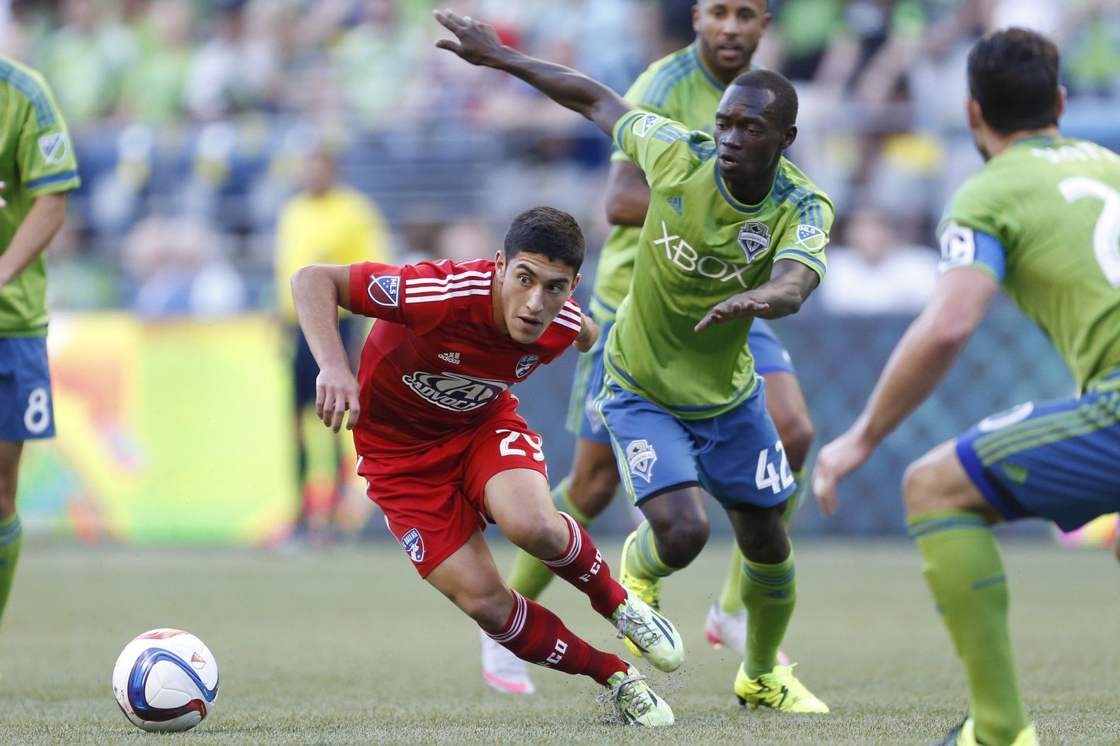 Alejandro Zendejas takes on Seattle Sounders.