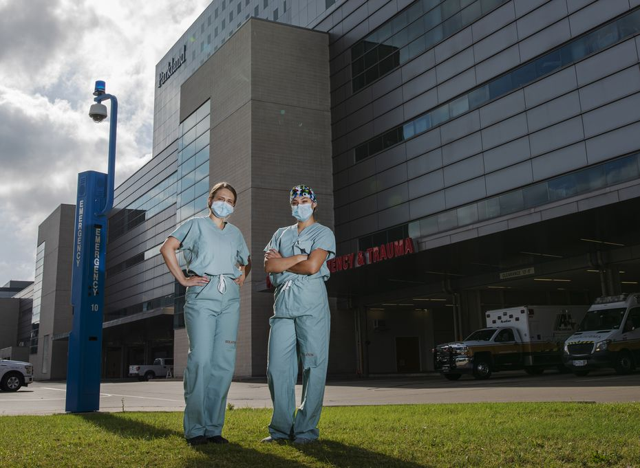 Alina Ruiz (izq.) y Mirtha Calderón trabajan largos turnos con pacientes de covid-19. La pandemia también tiene un costo emocional con los trabajadores de la salud.