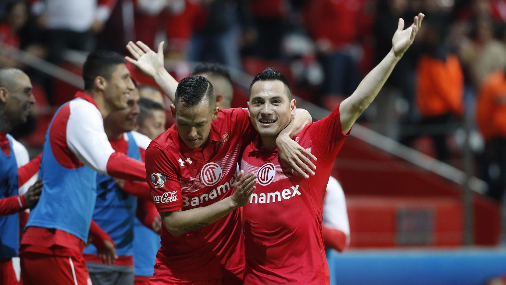 Antonio Ríos de Toluca celebra luego de anotar un gol ante Santos, en cuartos de final de la liguilla mexicana. AP