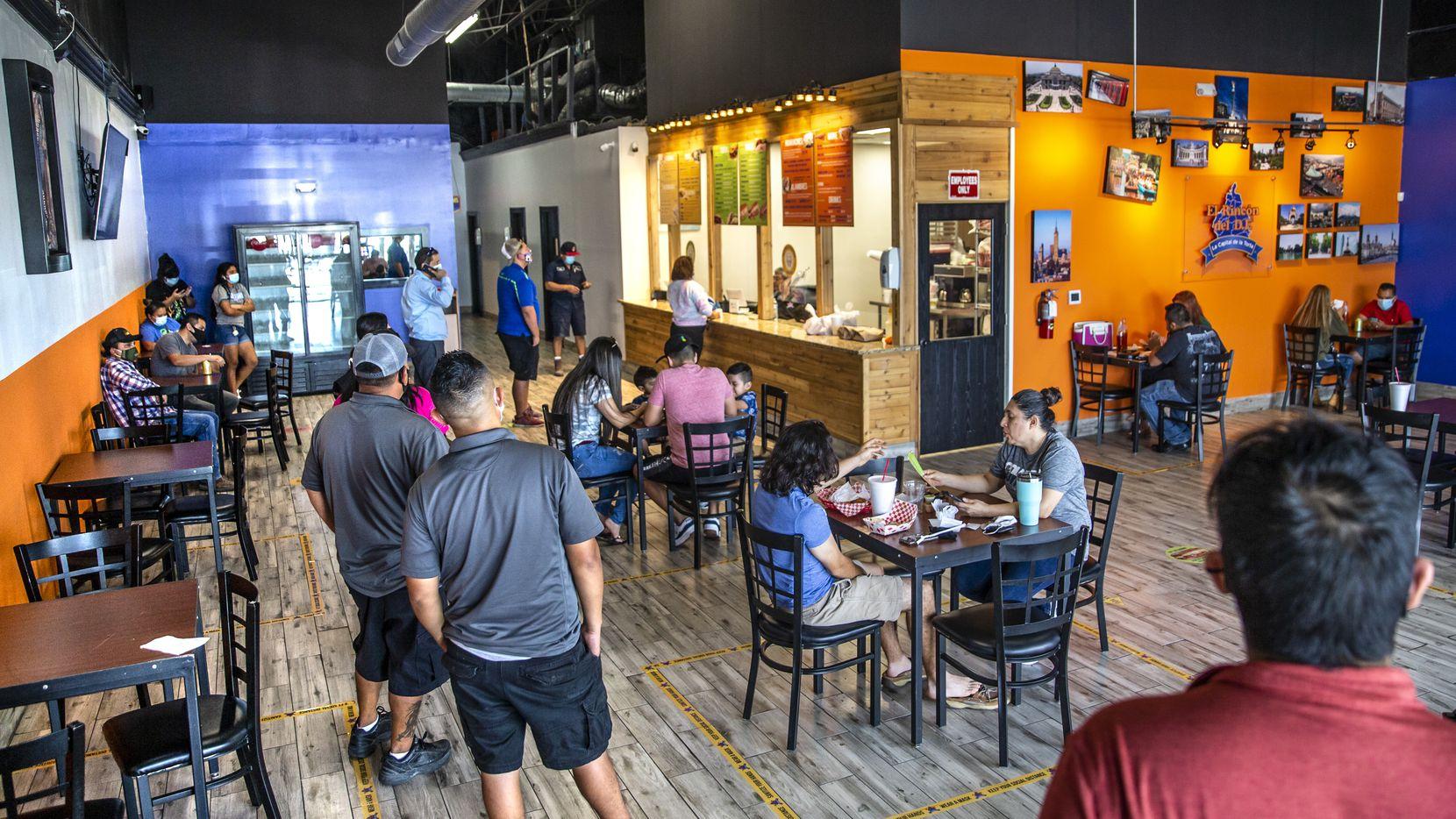 El Rincón del D.F. volvió a abrir el 21 de octubre de 2020, exactamente un año después que un tornado que azotó Dallas el 20 de octubre de 2019 daño su restaurante. Clientes hicieron una fila para ser atendidos a la hora de la comida.
