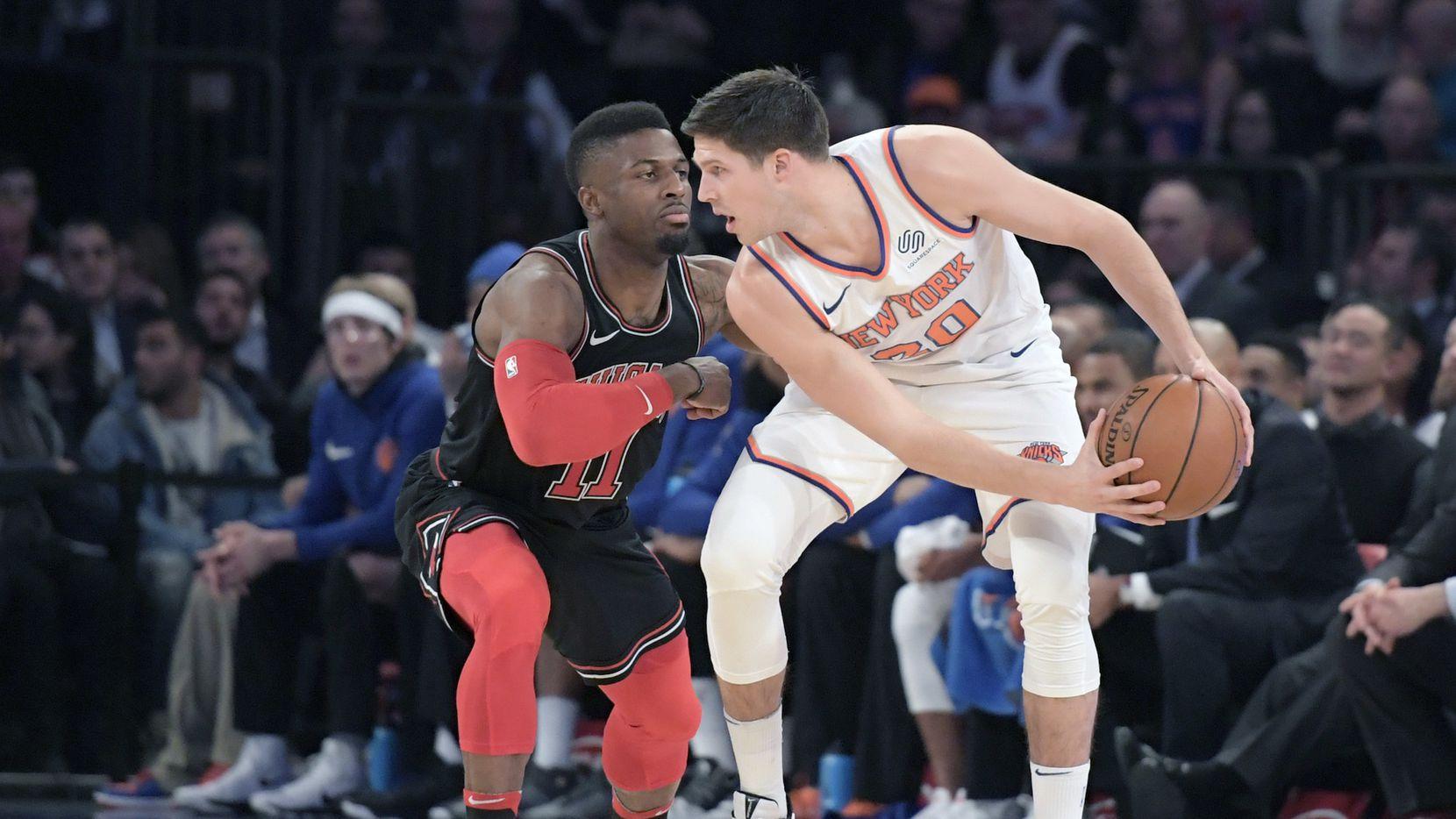 Doug McDermott de los Knicks de Nueva York pasa a los Mavericks de Dallas. AP