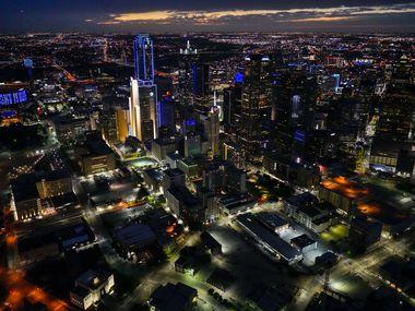 Una vista aérea de Dallas, iluminada en azul como parte de un movimiento para apoyar a aquellos que luchan contra covid-19, en abril pasado.