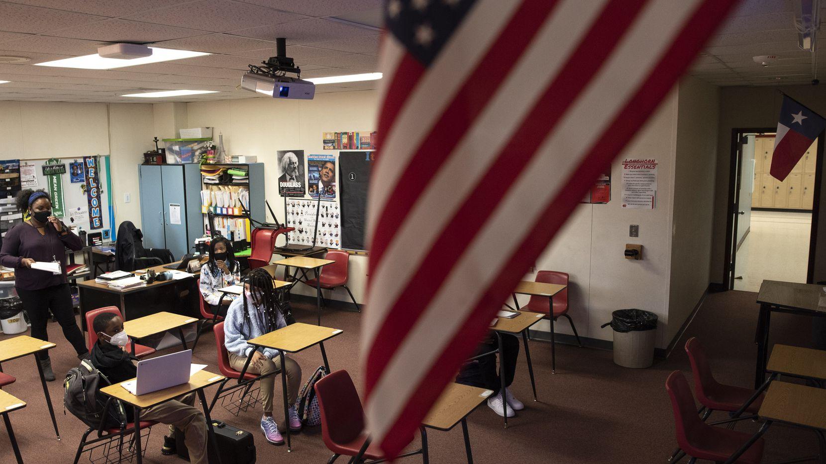 Una bandera estadounidense flamea en una clase de historia americana en un aula de octavo grado de  la secundaria Permenter en Cedar Hill.