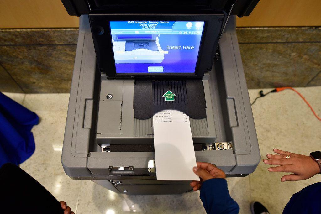 Constancia Shaw (abajo) inserta una boleta electoral en un sistema que escanea los votos. El nuevo sistema que tuvo una demostración en Mesquite será utilizado en las próximas elecciones.