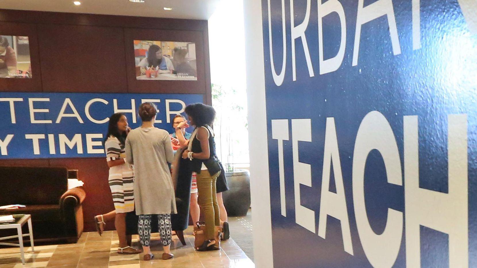 El distrito escolar de Dallas recluta docentes de su Programa de Maestros Urbanos. Esta fue la graduación de la generación 2016. (DMN/LOUIS DeLUCA)