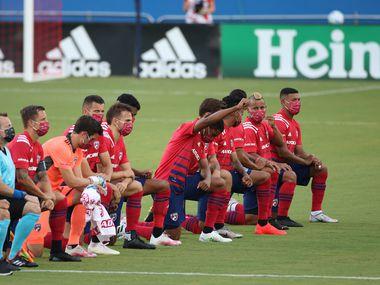 Jugadores del FC Dallas y Nashville SC se arrodillan previo a su juego en el Toyota Stadium el 12 de agosto en Frisco.