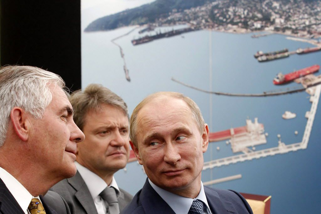 Russian President Vladimir Putin (right) and ExxonMobil CEO Rex Tillerson (left) attended a ceremony to sign a deal between state-controlled Rosneft and ExxonMobil in the Black Sea port of Tuapse in June 2012. (File Photo/Agence France-Presse)