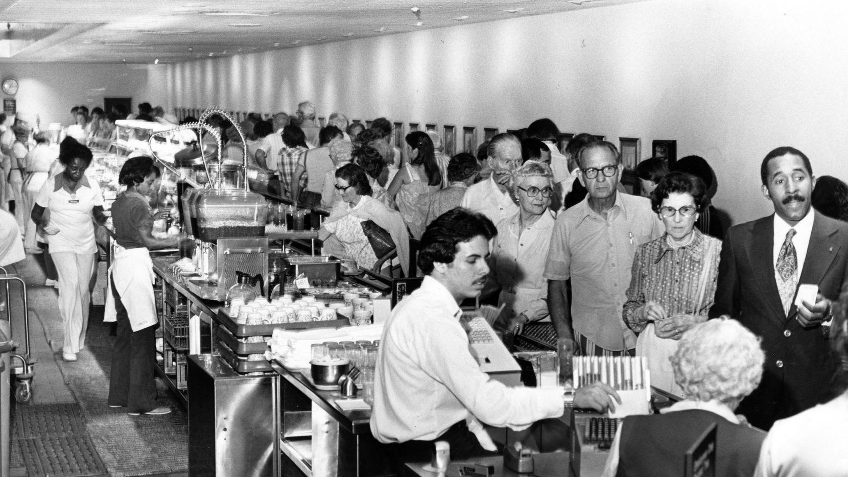 Foto de archivo de la Dallas Public Library tomada por TDMN en junio de 1978 donde se ve una larga línea de clientes dentro de la Highland Park Cafeteria.