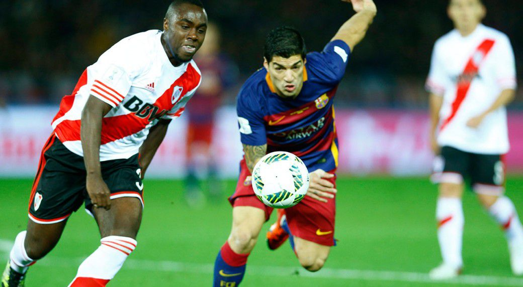 Eder Balanta of River Plate chases FC Barcelona's Luis Suarez in the final of the FIFA Club World Cup on December 20, 2015 at the International Stadium in Yokohama, Japan.