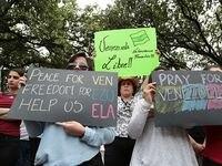 María Boccalando (centro) se unió a una protesta realizada en el Ferris Plaza de Dallas el sábado 20 de mayo. (MARÍA OLIVAS/ESPECIAL PARA AL DÍA)