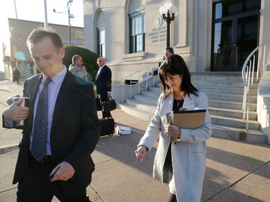 Mark Jordan et l'ancien maire de Richardson, Laura Jordan, ont quitté le palais de justice des États-Unis du bâtiment fédéral Paul Brown à Sherman, au Texas, le 12 février 2019.