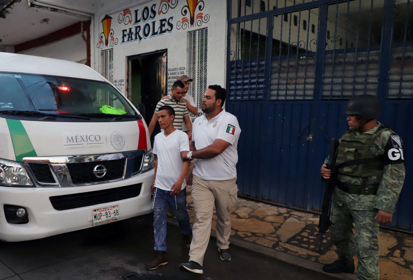 Elementos del Instituto Nacional de Migración de México detienen a un inmigrante en Tapachula, Chiapas.