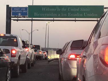 Una fila de autos espera en el Puente Internacional Las Américas que conecta a El Paso, Texas, con Ciudad Juárez, Chihuahua, México.