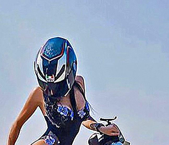 Olga Pronina, motociclista rusa conocida en redes sociales por hacer acrobacias en poca ropa, murió en un accidente. / AGENCIA REFORMA