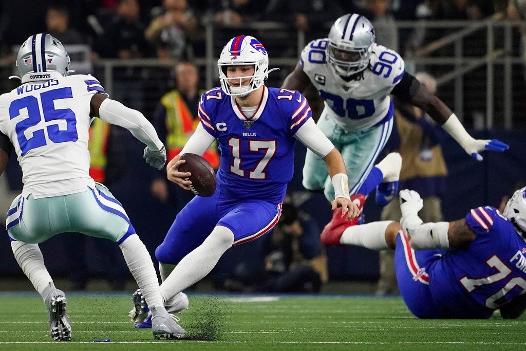 El mariscal de los Bills de Búfalo, Josh Allen (17), trata de evitar una tacleada en el partido contra los Cowboys de Dallas, el 28 de noviembre de 2019 en el AT&T Stadium de Arlington.