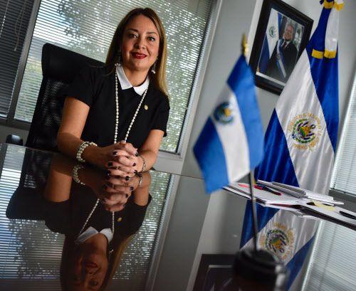 Verónica Pichinte, cónsul de El Salvador en Dallas en su oficina del consulado. BEN TORRES/AL DÍA