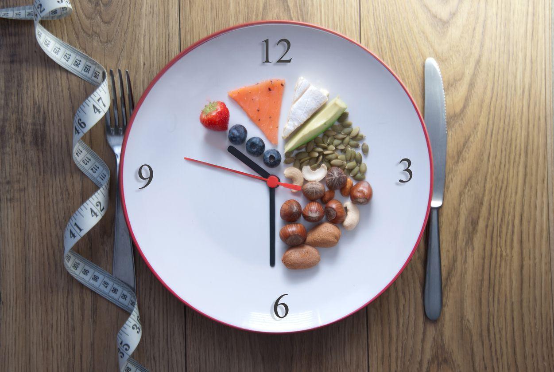 La dieta intermitente tiene beneficios para la salud, pero también riesgos. Se recomienda consultar con un médico nutriólogo antes de iniciar este régimen.