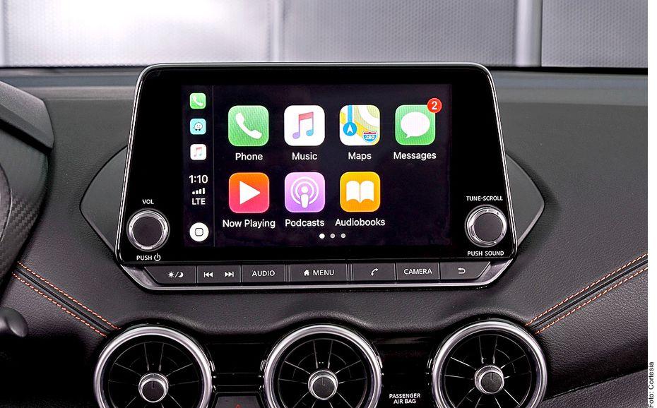 Al interior, la cabina del Nissan Sentra luce también más joven: destacan los asientos con costuras de color, la pantalla de infoentretenimiento de 8 pulgadas dispuesta como una tableta, así como el volante en forma D con controles integrados.